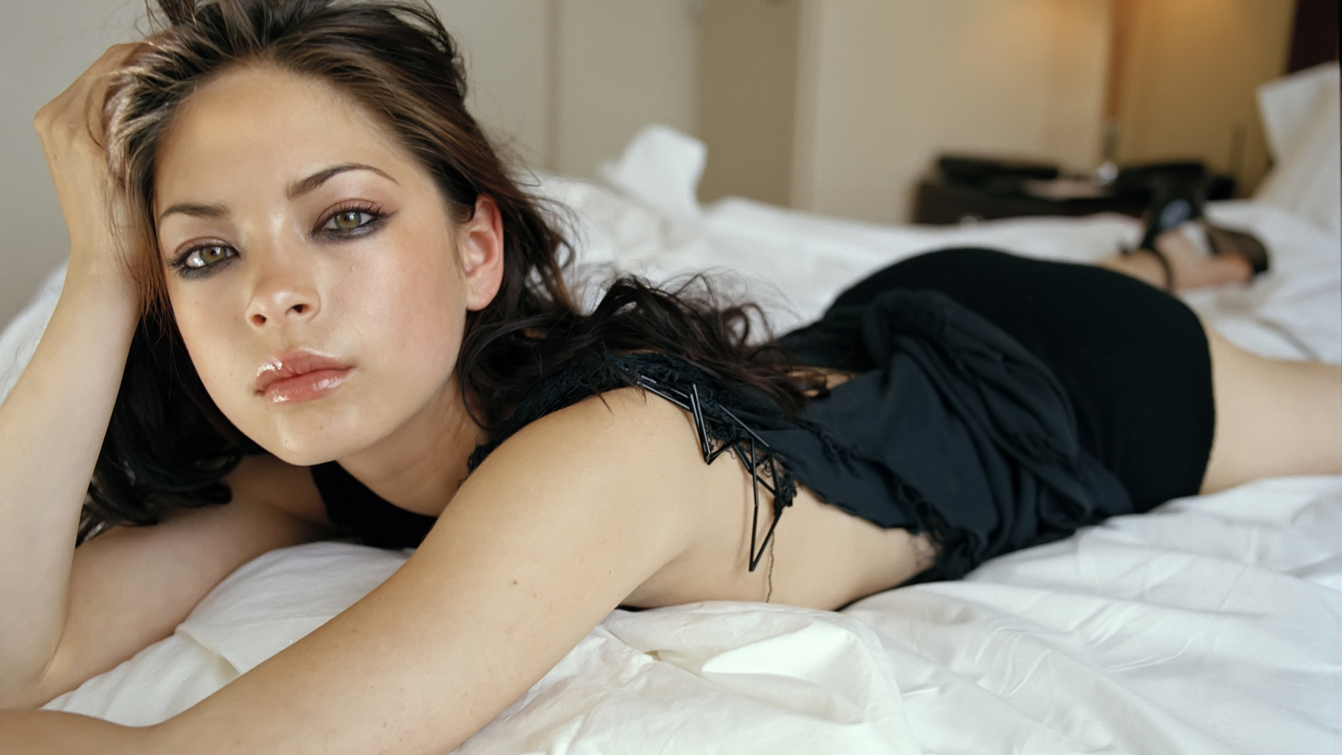 Kristin Kreuk Wants Comfort Wallpapers